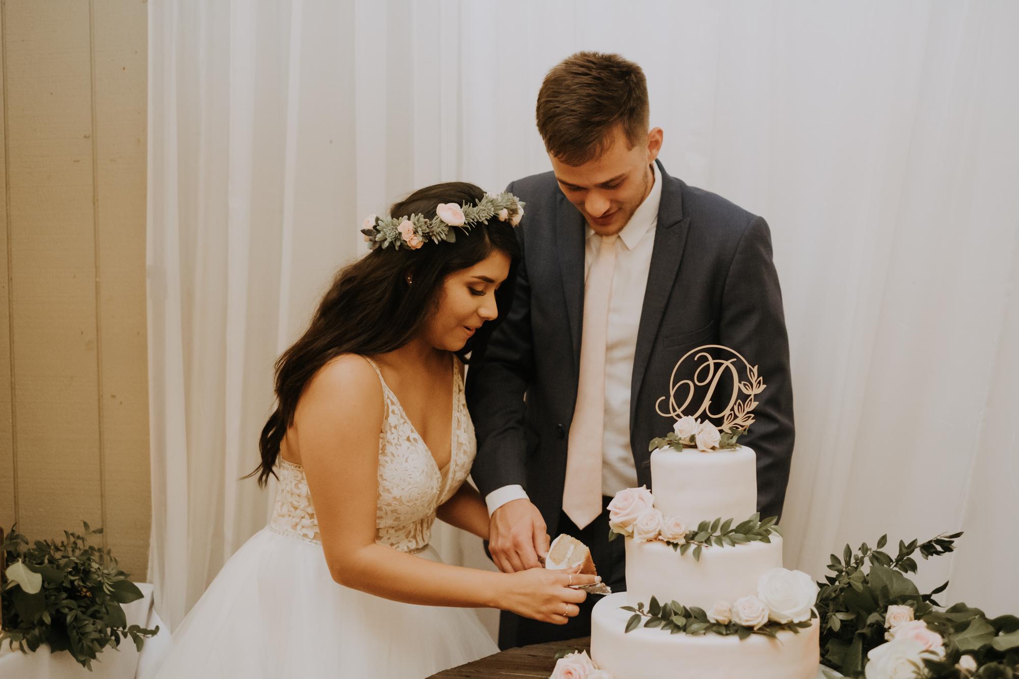 cake cutting | elegant white and gold cake | cutting the cake | elegant boho cake